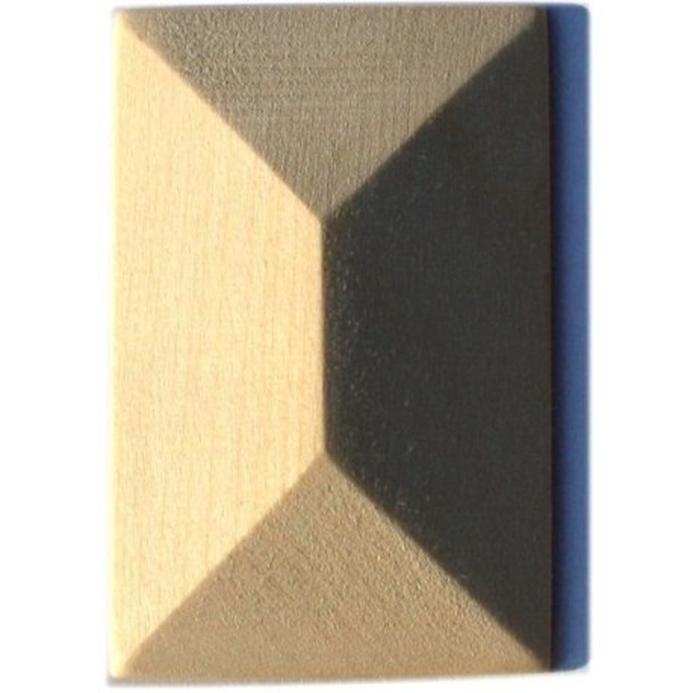 Vyřezávaný dřevěný ornament ve tvaru pyramidy