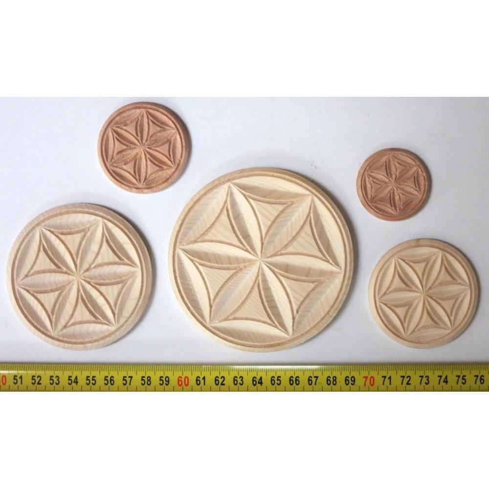 Vyřezávané dřevěné ornamenty z Exoty