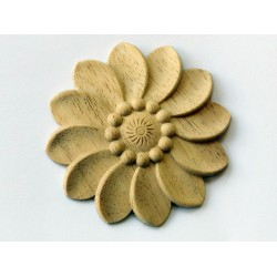 Vyřezávaný ornament - rozeta s motivem hlavu kviet - ve tvaru kruhu.